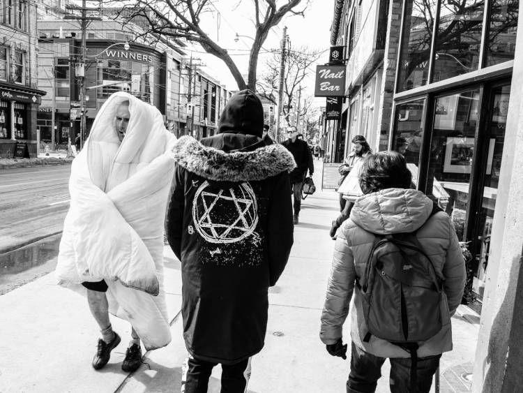 عکس رهگذرها در پیادهرو