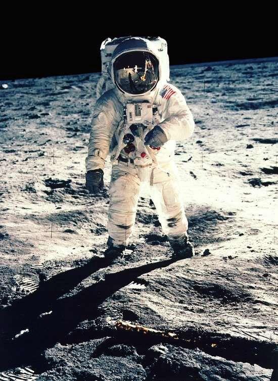 عکس گرفته شده از فضانورد Buzz Aldrin با تجهیزات مخصوص فضانوردیاش