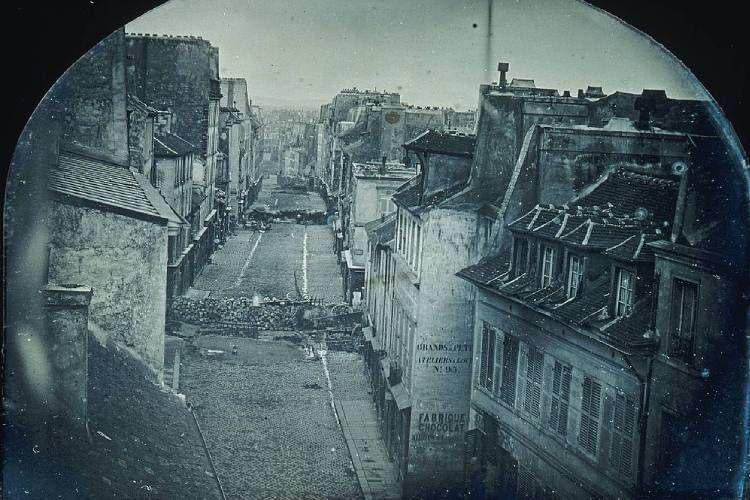 عکس معروف تاریخی با عنوان Barricades on rue Saint-Maur,