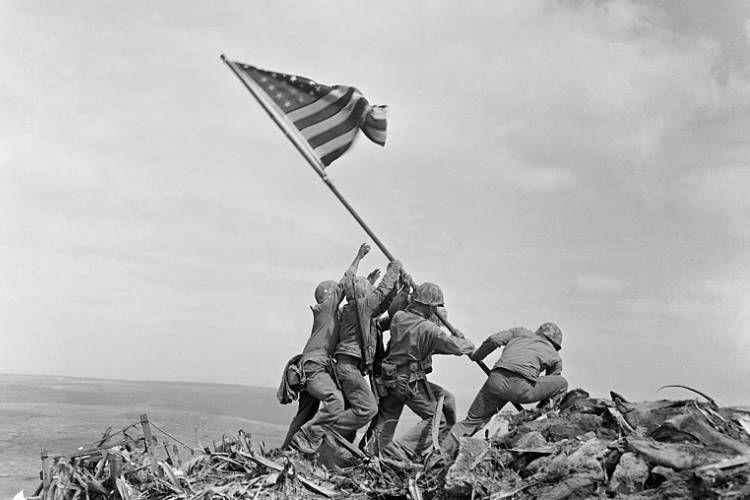 عکسی که جو رزنتال از برافراشتن پرچم آمریکا روی تپه ایوو جیما گرفته است